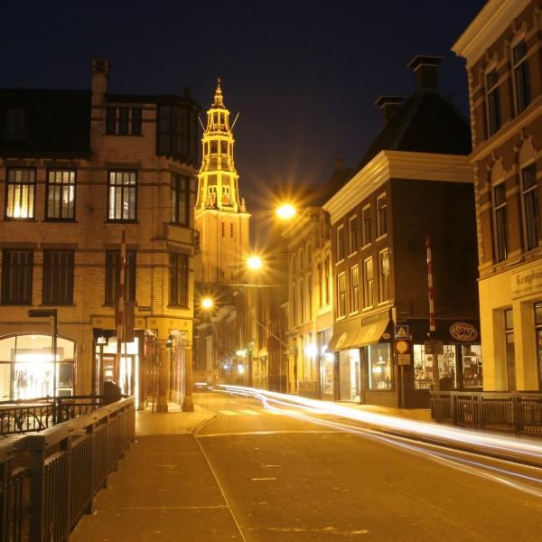 De Brugstraat met de toren van de monumentale Der Aa-kerk.