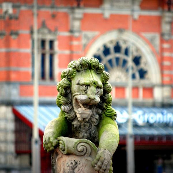 Een van twee leeuwen van het in 1812 gesloopte Huis te Farnsum op het Museumeiland.